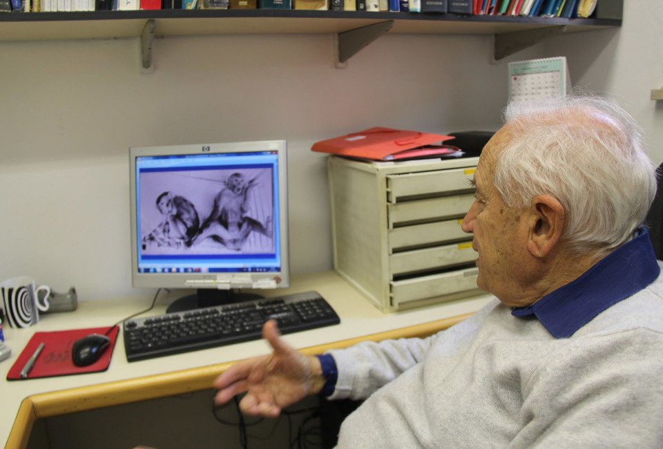 VOCATIV/ASSAF UNIProfessor Raphael Mechoulam shows a photo of rhesus monkeys from his early research. The one on the right did not receive THC.